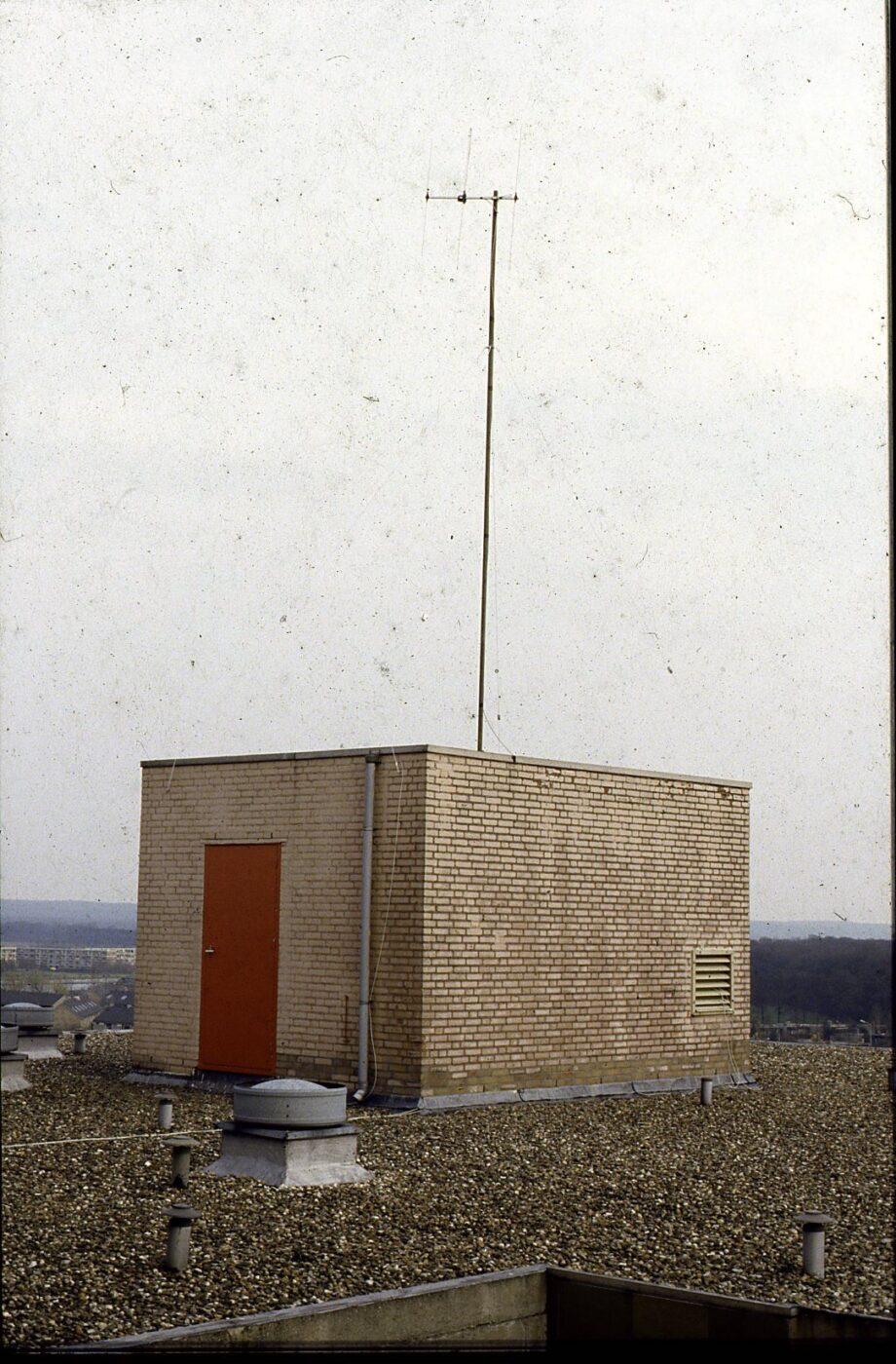 antenne op de liftmachinekamer van de flat weezenhof