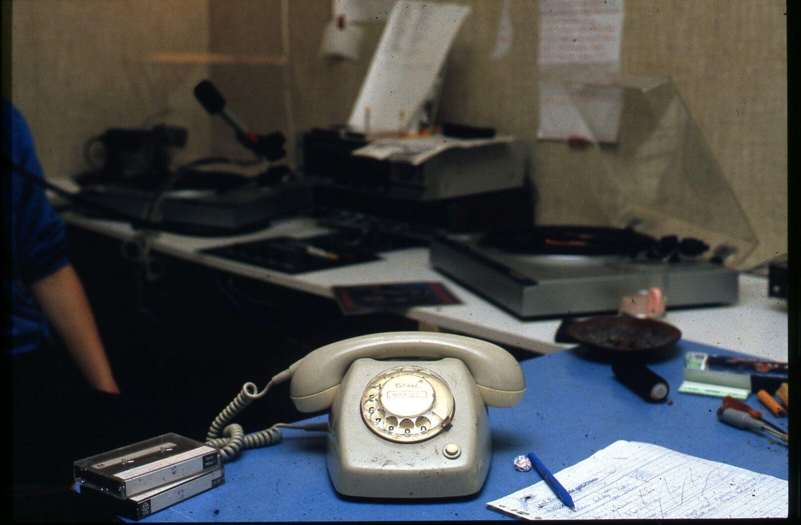 telefoon in de livestudio in de weezenhof