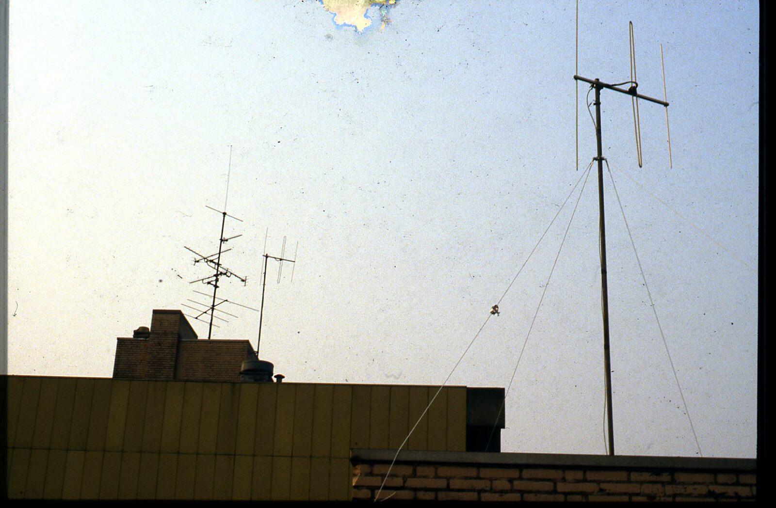 twee antennes op dak van flats weezenhof